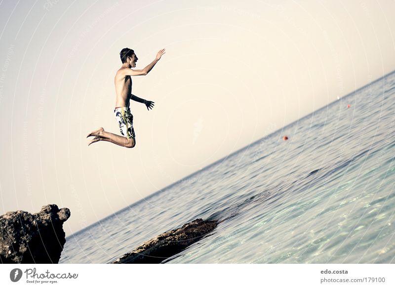 Mensch Natur Jugendliche Wasser Ferien & Urlaub & Reisen Meer Sommer Strand Freude Erwachsene Leben Umwelt Freiheit springen Luft Gesundheit