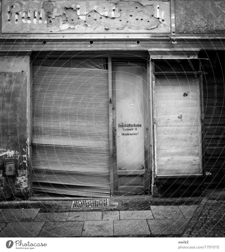 Umgezogen Görlitz Deutschland Sachsen Kleinstadt Stadtzentrum Altstadt Fußgängerzone Menschenleer Mauer Wand Fassade Tür Schaufenster Jalousie Schriftzeichen