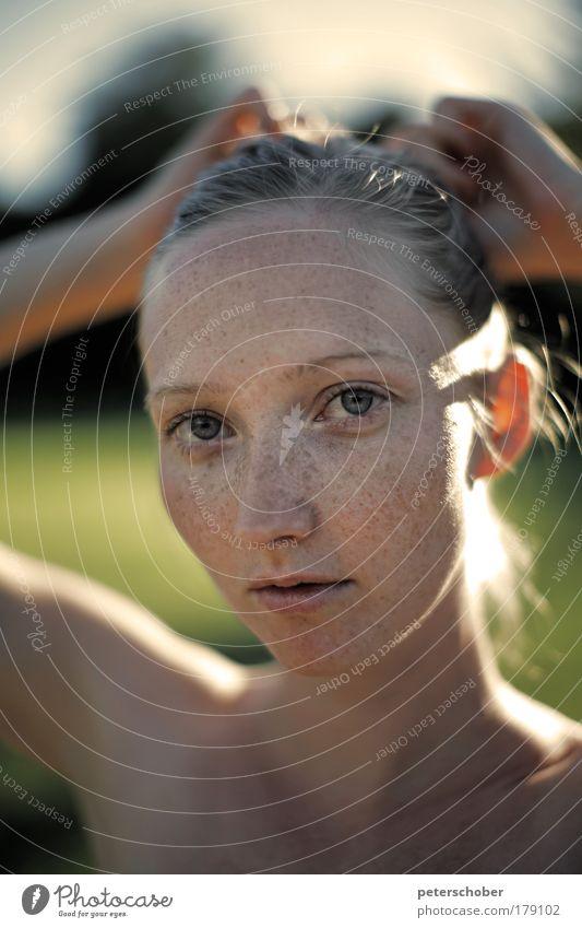 Sprossen Farbfoto Außenaufnahme Textfreiraum unten Sonnenlicht Schwache Tiefenschärfe Porträt Oberkörper Blick in die Kamera schön Gesicht Kosmetik Sommer