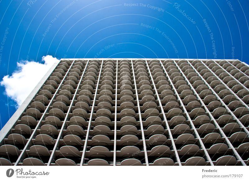 High in the blue Sky Stadt Haus Wand Fenster Mauer Gebäude Architektur Design groß Hochhaus Horizont Fassade Perspektive ästhetisch Häusliches Leben