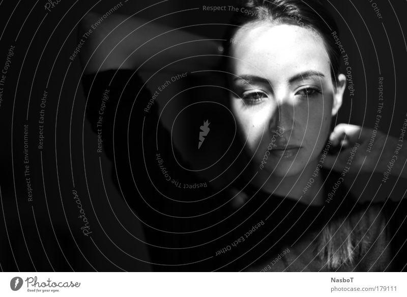 <o\ Schwarzweißfoto Innenaufnahme Nahaufnahme Textfreiraum links Tag Licht Schatten Sonnenlicht Sonnenstrahlen Porträt Blick nach unten Mensch feminin