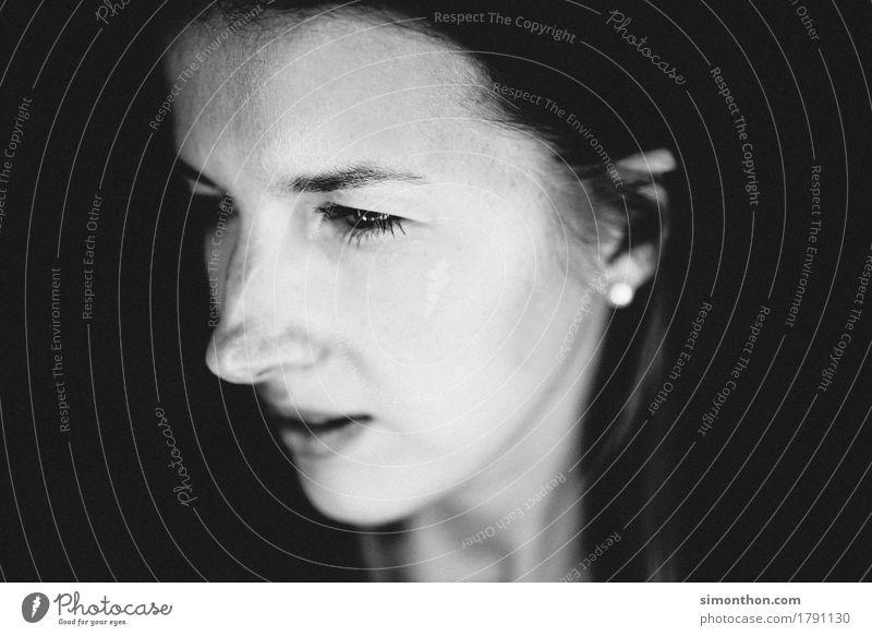 Portrait Mensch schön Gesunde Ernährung Erholung ruhig Gesicht Leben feminin Gesundheit Zeit Haare & Frisuren Stimmung träumen Zufriedenheit Haut Ziel