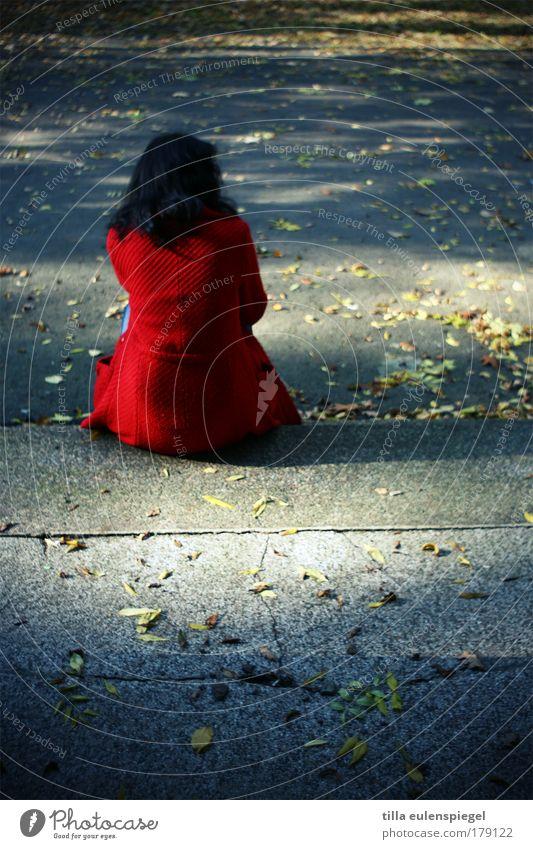 sommerende Frau blau rot ruhig Erwachsene Herbst feminin Leben kalt Stein Traurigkeit Denken träumen Angst sitzen warten