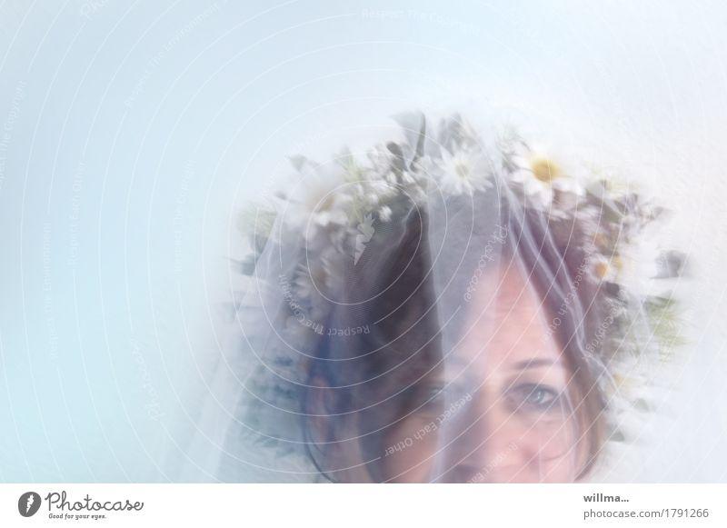 Glückliche Braut mit Schleier und Blumenkranz Gesicht Brautschleier Hochzeit feminin Frau Erwachsene zart Blick in die Kamera Pastellton geheimnisvoll Porträt
