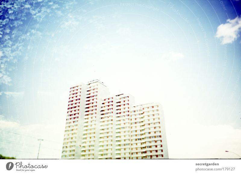 im himmel. blau weiß Stadt Sommer Wolken Haus oben Architektur Wohnung hoch groß ästhetisch Hochhaus leuchten Baustelle retro