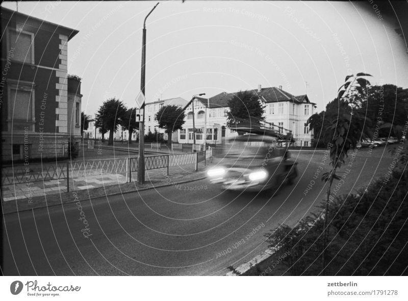 Kühlungsborn, 1985 Straße Verkehr PKW Unschärfe Geschwindigkeit Eile barkas Abend Dämmerung Menschenleer trist Straßenkreuzung Wegkreuzung Stadt Kleinstadt