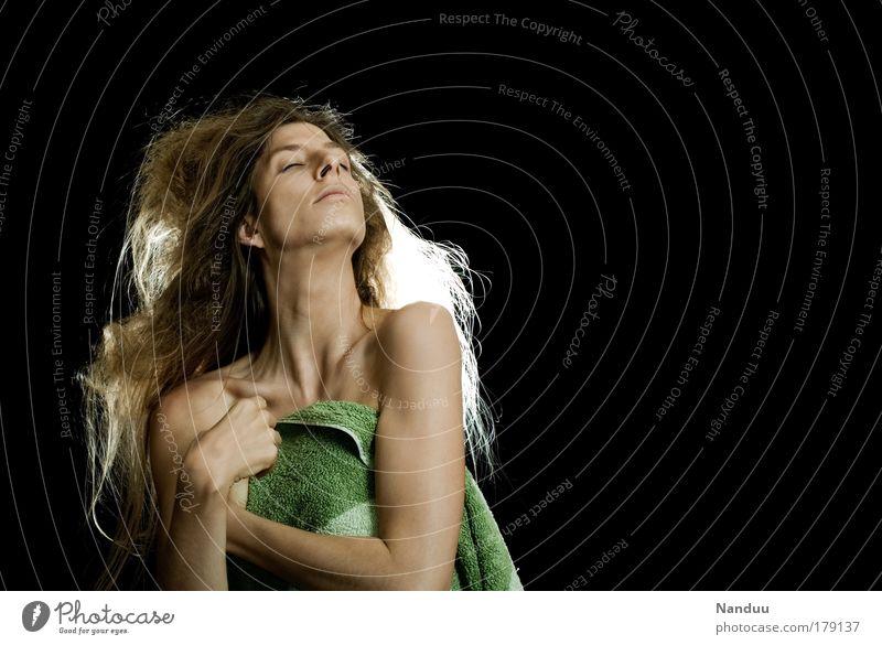 Trashique Farbfoto Gedeckte Farben Studioaufnahme Textfreiraum rechts Textfreiraum oben Hintergrund neutral Kunstlicht Blitzlichtaufnahme Oberkörper