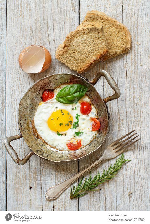 Spiegelei mit Tomaten, hausgemachtem Brot und Kräutern grün gelb Holz Lebensmittel frisch kochen & garen Gemüse Bauernhof Frühstück Abendessen Mahlzeit rustikal