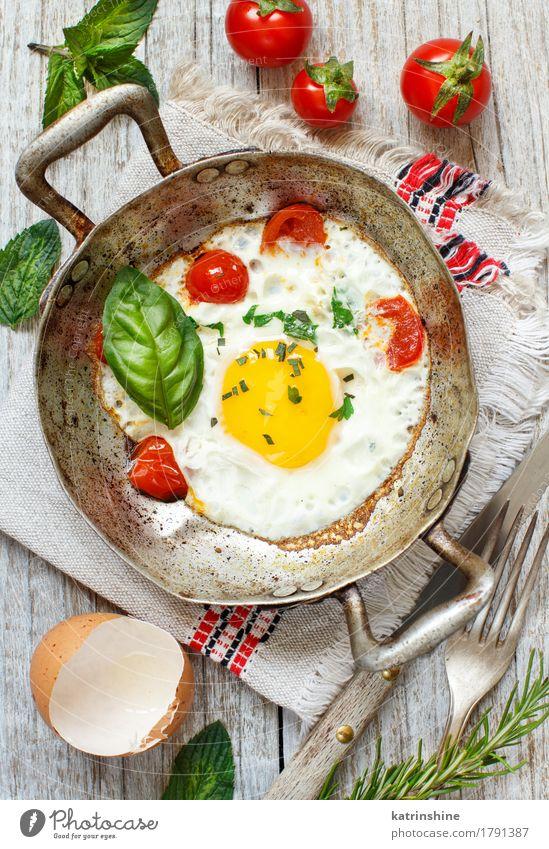 Spiegelei mit Tomaten und Kräutern grün rot gelb Holz Lebensmittel Textfreiraum frisch kochen & garen Gemüse Bauernhof Frühstück Abendessen Mahlzeit rustikal