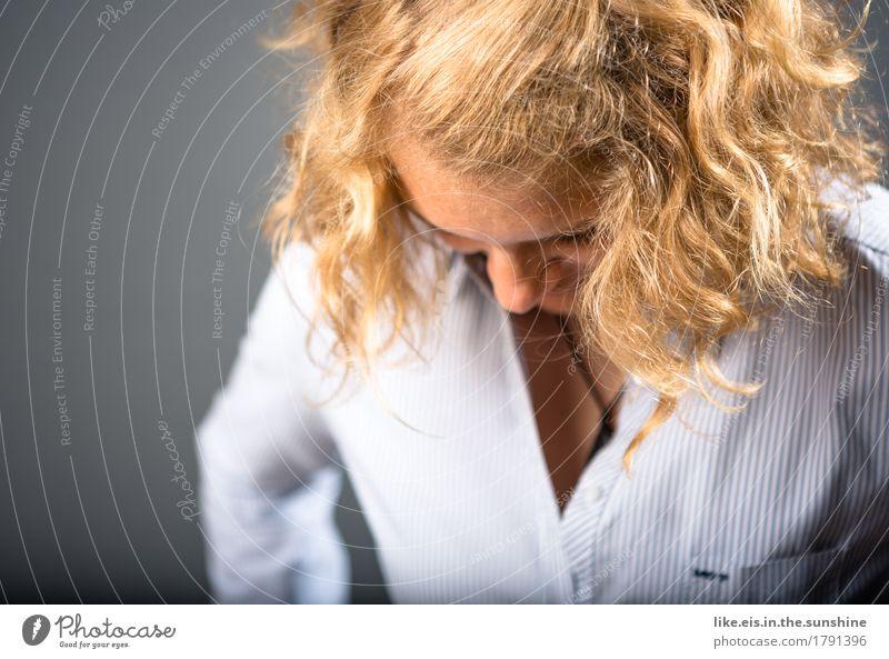 Dress up Mensch Frau Jugendliche schön Junge Frau 18-30 Jahre Gesicht Erwachsene Leben feminin Business Mode Kopf Haare & Frisuren Büro blond