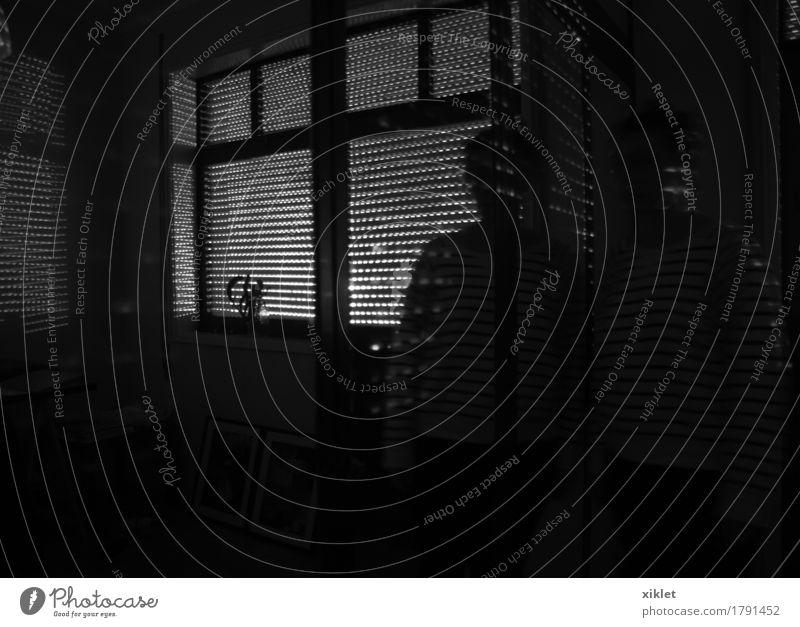 Innerhalb Hochsitz Frau Wand Haus Raum Geborgenheit Licht Reflexion & Spiegelung Schatten Lichtschweif Markierungen dunkel Wärme Körper Dichter Wahnsinn