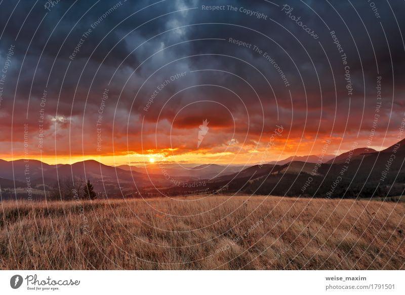 Bewölkter Sonnenaufgang des Herbstes November in den Bergen Himmel Natur Ferien & Urlaub & Reisen schön Landschaft rot Wolken Wald Berge u. Gebirge Umwelt gelb