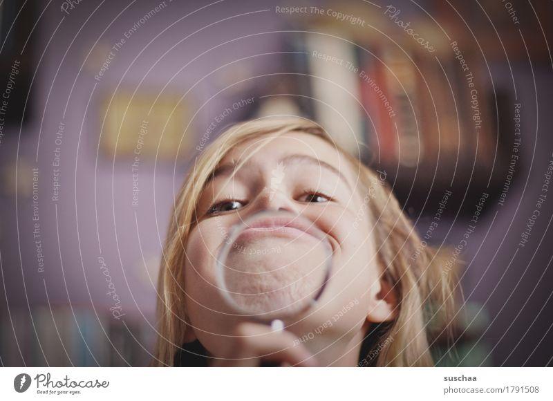 genau unter die lupe nehmen .. Kopf Kind Mädchen Kindheit Gesicht Lupe vergrößert Brille Sehvermögen Blick Glas Verzerrung Freude Unsinn Grimasse lustig