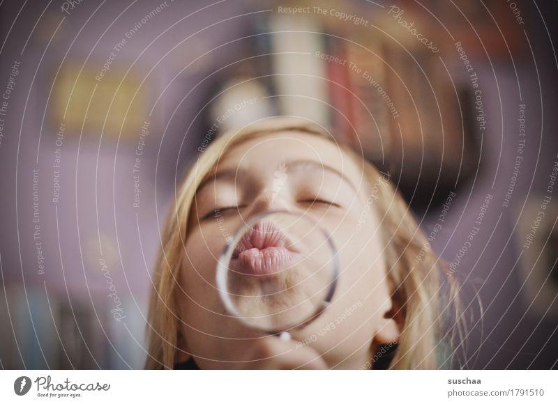 kind mit lupe und kussmund Mädchen Frau Jugendliche Junge Frau Gesicht Lippen Lupe vergrößert Leidenschaft Küssen Linse Kind Kindheit Optik Liebe Pubertät