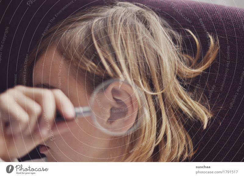 besser hören Kopf Mensch Kind Mädchen Jugendliche Junge Frau Hand Lupe Ohr vergrößert Ohrmuschel Gehörsinn akustisch Kindererziehung Hörbehinderung taub