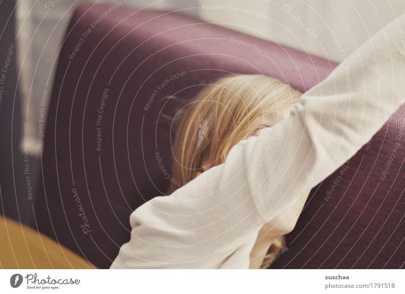 siehst du? ... Mensch Kind Jugendliche Junge Frau Mädchen Haare & Frisuren Kopf Wohnung Häusliches Leben Arme zeigen Sofa