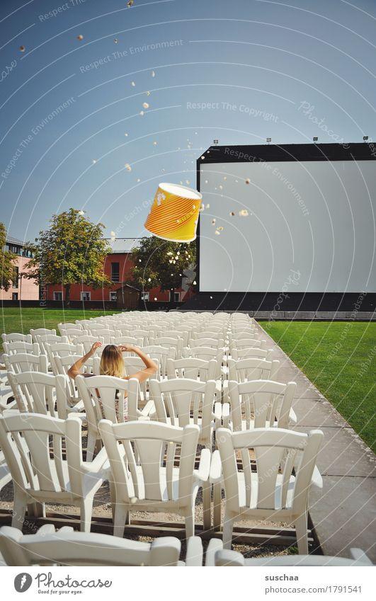der film ist doof Kino Open Air Kinoleinwand Show sitzen Publikum Langeweile warten Ungeduld Popkorn Eimer Stuhl Sitzgelegenheit Außenaufnahme