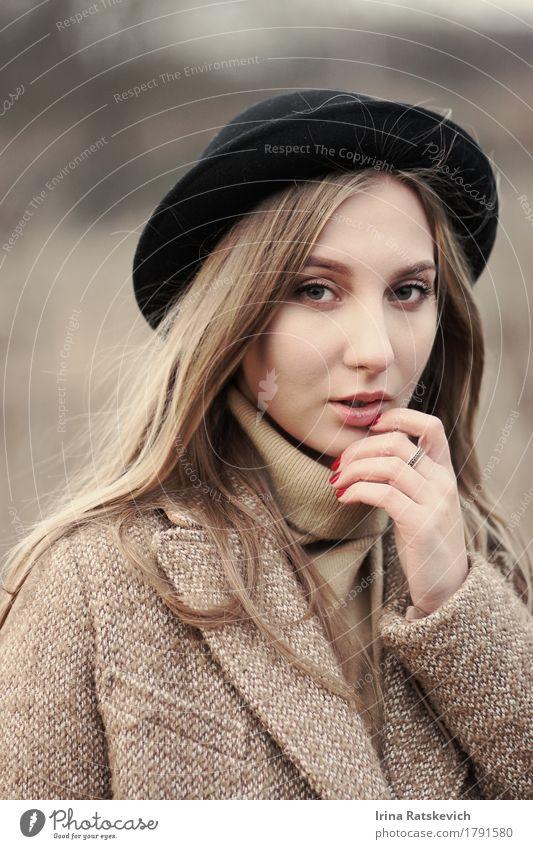 Herbstportrait des schönen Mädchens Junge Frau Jugendliche Erwachsene Haare & Frisuren 1 Mensch 18-30 Jahre Mode Pullover Mantel Ring Hut blond Denken genießen