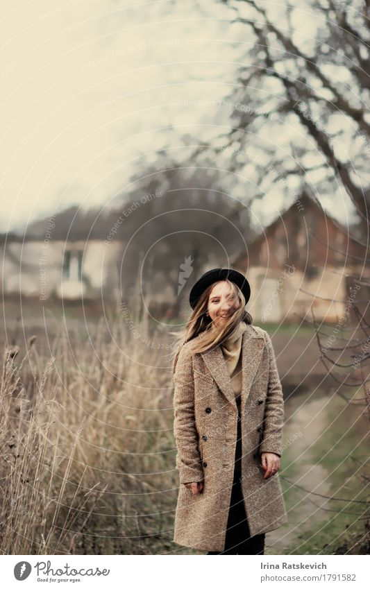 lustiges Mädchen Junge Frau Jugendliche Erwachsene Körper 1 Mensch 18-30 Jahre Landschaft Baum Gras Dorf Mode Pullover Mantel Hut blond Lächeln lachen dünn kalt