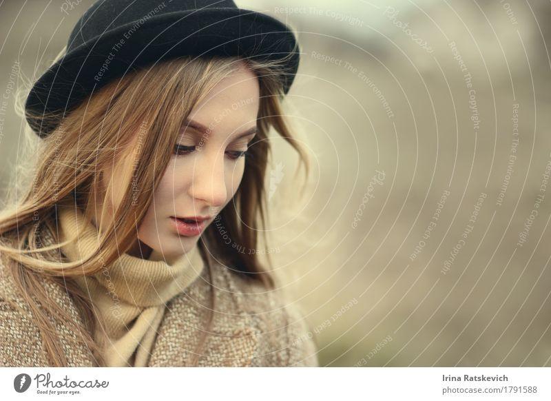 Herbst Mädchen in Hut Junge Frau Jugendliche Erwachsene Haare & Frisuren Gesicht 1 Mensch 18-30 Jahre Mode Bekleidung Pullover Jacke blond dünn authentisch