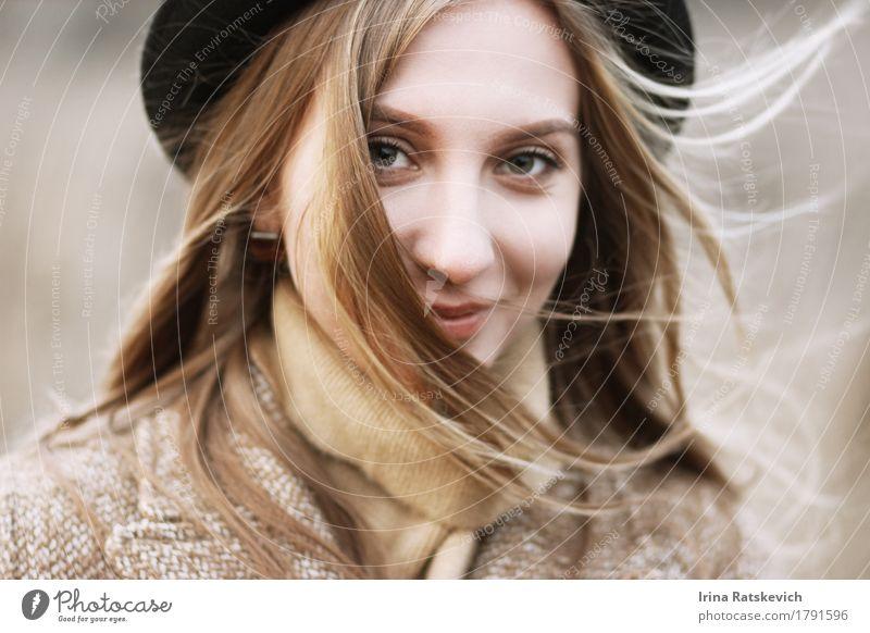 Smiley-Mädchen in Hut Junge Frau Jugendliche Erwachsene Haare & Frisuren Gesicht 1 Mensch 18-30 Jahre Wind Mode Pullover Mantel blond Lächeln dünn frei kalt
