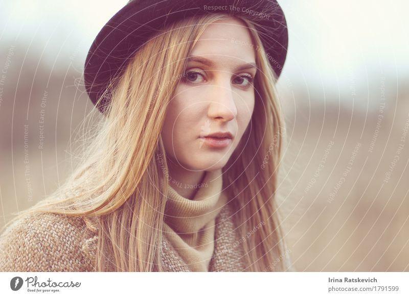 Herbstportrait Junge Frau Jugendliche Erwachsene Haare & Frisuren Gesicht 1 Mensch 18-30 Jahre Mode Bekleidung Pullover Mantel Hut blond dünn Fröhlichkeit