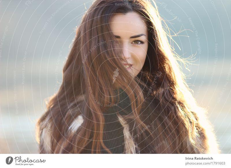 Frauenlächeln glücklich am sonnigen Tag Erwachsene Jugendliche Haare & Frisuren Gesicht Lippen 1 Mensch 18-30 Jahre Mode Pelzmantel schwarzhaarig genießen