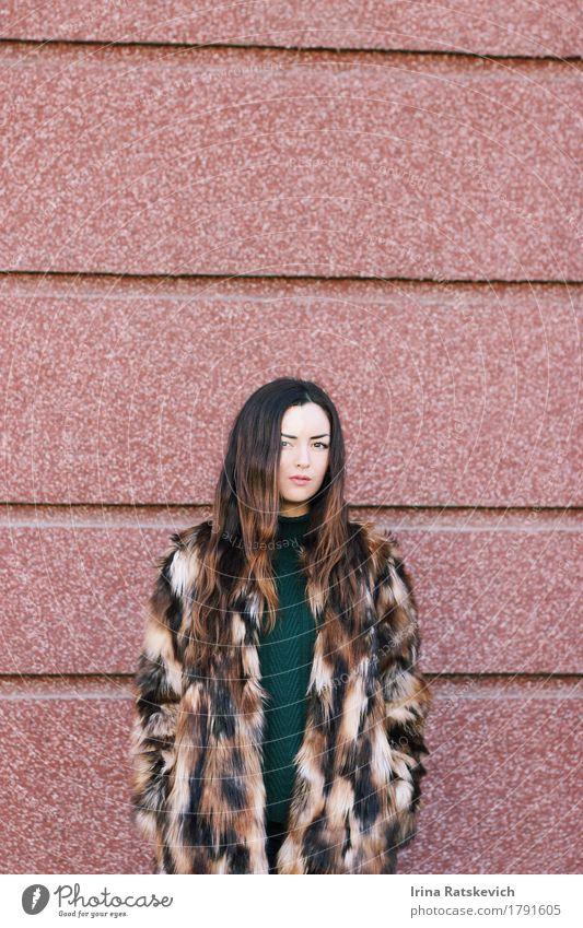 Mode-Porträt Junge Frau Jugendliche Erwachsene Haare & Frisuren Gesicht 1 Mensch 18-30 Jahre Bekleidung Pullover Pelzmantel Fell schwarzhaarig brünett dunkel