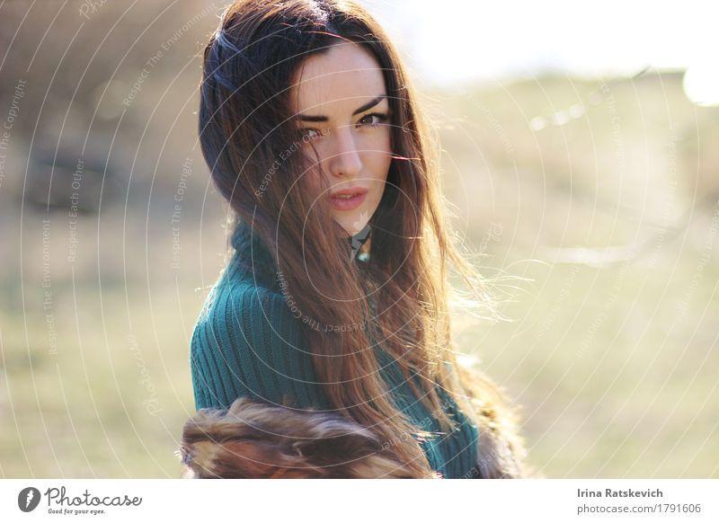 Porträt Junge Frau Jugendliche Haare & Frisuren Gesicht 1 Mensch 18-30 Jahre Erwachsene Natur Feld Mode Bekleidung Pullover Pelzmantel schwarzhaarig brünett