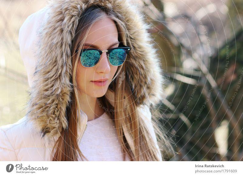 Modeporträt im Freien Junge Frau Jugendliche Haut Kopf Haare & Frisuren Lippen 1 Mensch 18-30 Jahre Erwachsene Natur Pflanze Park Bekleidung Mantel Pelzmantel