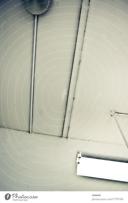 arbeitsbeleuchtung Farbfoto Gedeckte Farben Innenaufnahme Menschenleer Hintergrund neutral Kunstlicht Licht Lichterscheinung Kabel weiß Decke Lampe Lampenschirm