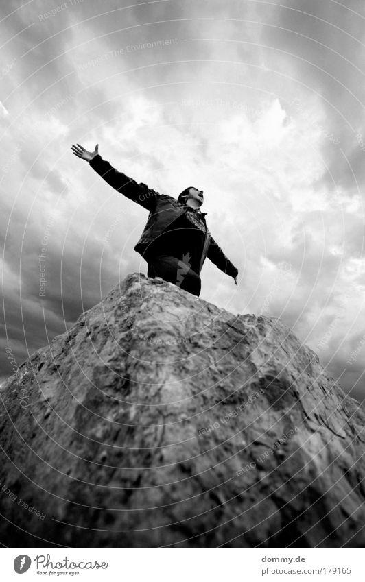 frei Mensch Mann Natur Jugendliche Freude Wolken Erwachsene dunkel Freiheit Haare & Frisuren Glück Kraft Felsen maskulin Fröhlichkeit