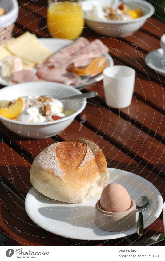 Frühstück Farbfoto mehrfarbig Außenaufnahme Menschenleer Schatten Lebensmittel Fleisch Wurstwaren Käse Joghurt Milcherzeugnisse Frucht Orange Getreide Teigwaren