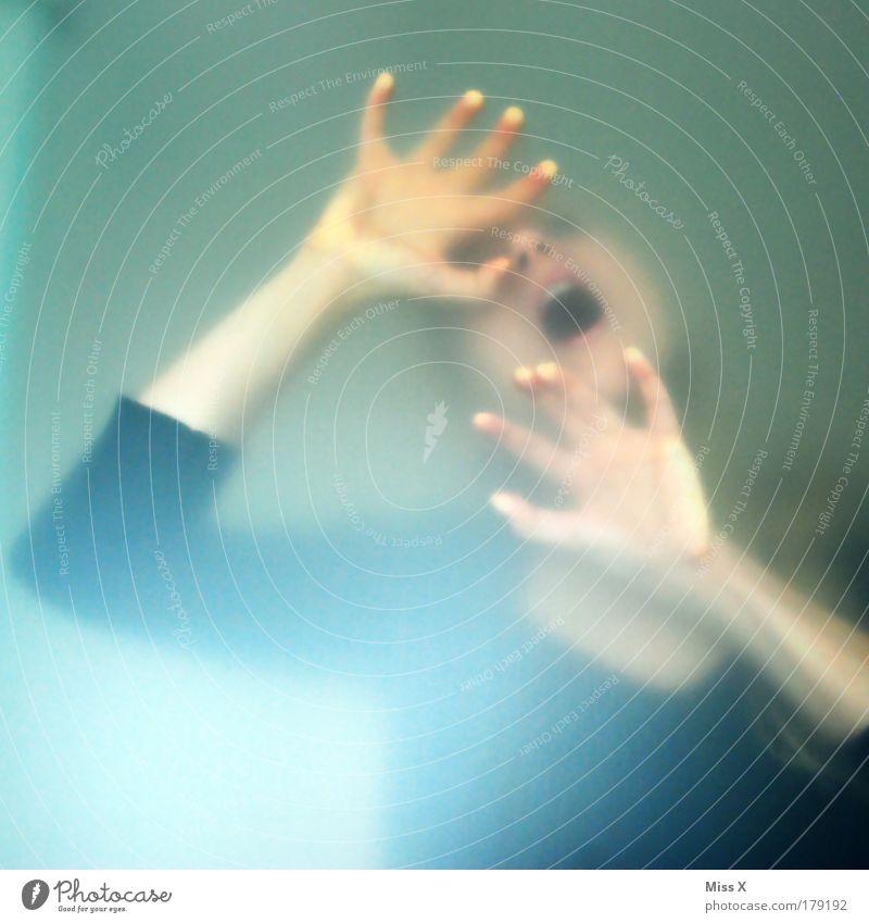 Hilfe dunkel feminin Fenster Kopf Mund Angst Arme Tür gefährlich Bad bedrohlich schreien gruselig trashig Stress atmen