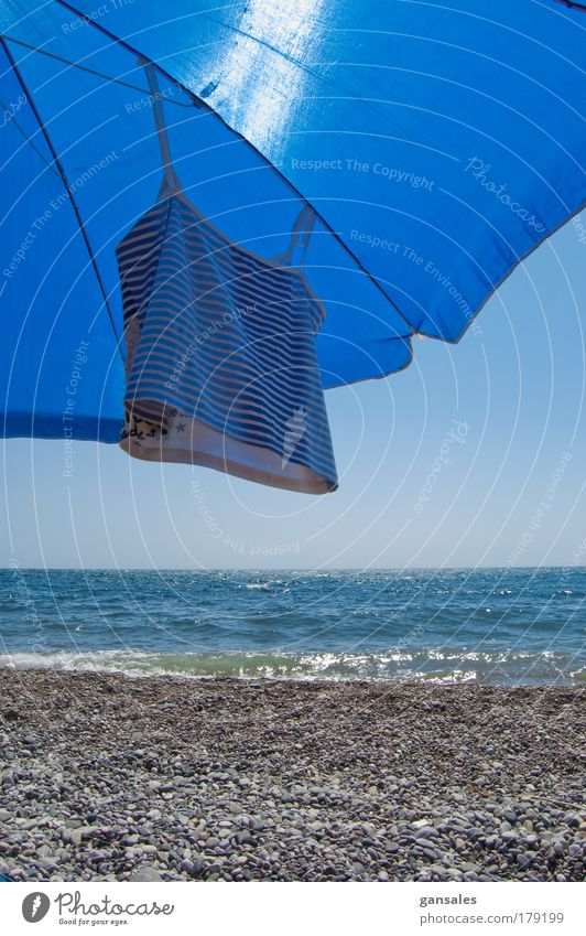Sonnenschirm am Strand Farbfoto Außenaufnahme Detailaufnahme Menschenleer Tag Licht Kontrast Sonnenlicht Sonnenstrahlen Starke Tiefenschärfe Zentralperspektive