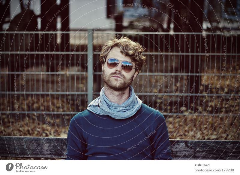 junge Farbfoto Außenaufnahme Tag Sonnenlicht Porträt Blick in die Kamera Mann Erwachsene Bart Herbst T-Shirt Sonnenbrille Schal blond Dreitagebart Coolness