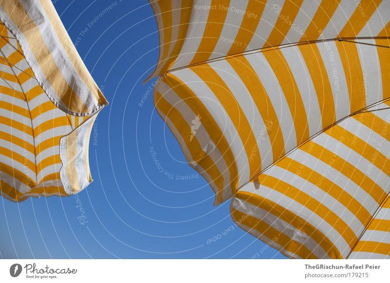 Under my umbrella weiß Sonne blau Sommer Ferien & Urlaub & Reisen gelb gold Ausflug heiß Kunststoff Sonnenschirm Sonnenbad Wetterschutz Sommerurlaub Schutz