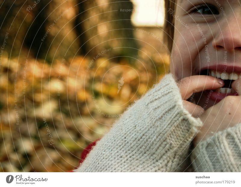 vorfreude Gedeckte Farben Außenaufnahme Schwache Tiefenschärfe Porträt Blick in die Kamera Kind Kleinkind Mädchen Kopf Gesicht Auge Nase Mund Lippen Zähne Arme