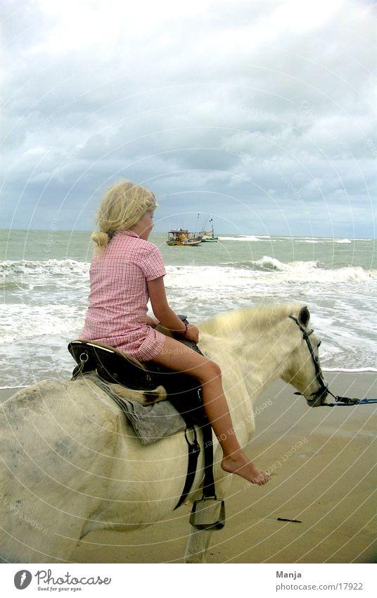 Trancoso Mädchen Kind Pferd Strand Wasserfahrzeug Brasilien Südamerika Reitsport Himmel