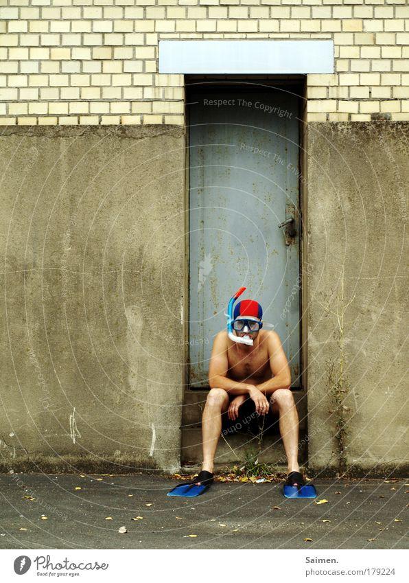 """""""irgendwas stimmt hier nicht!"""" Farbfoto Außenaufnahme Textfreiraum links Tag Ganzkörperaufnahme Vorderansicht Blick Wassersport tauchen maskulin Mann Erwachsene"""