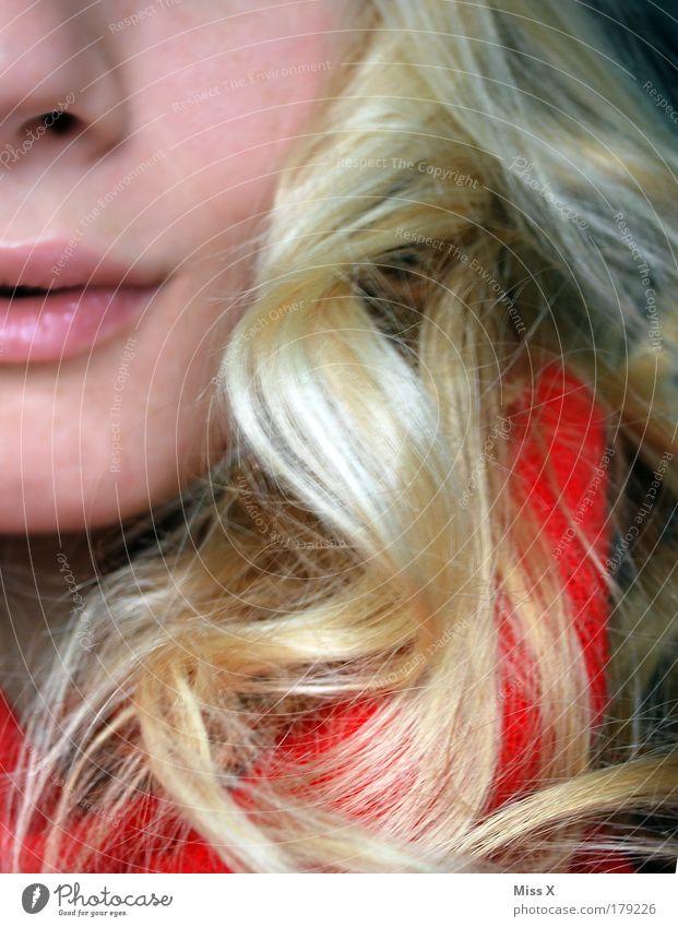 Lächeln Mensch Jugendliche schön Gesicht Herbst feminin Gefühle Haare & Frisuren Glück Zufriedenheit blond Mund Lächeln Locken Junge Frau Behaarung