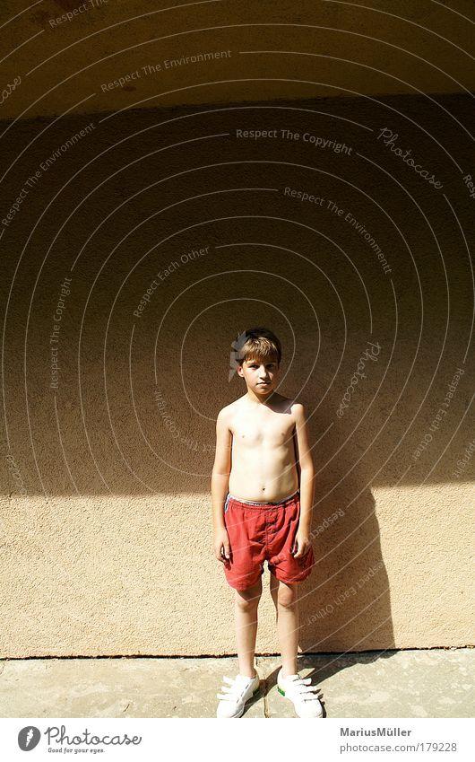 Eric Mensch Kind Jugendliche rot Wand Junge klein Kindheit Körper Zufriedenheit gold Fassade warten natürlich maskulin außergewöhnlich