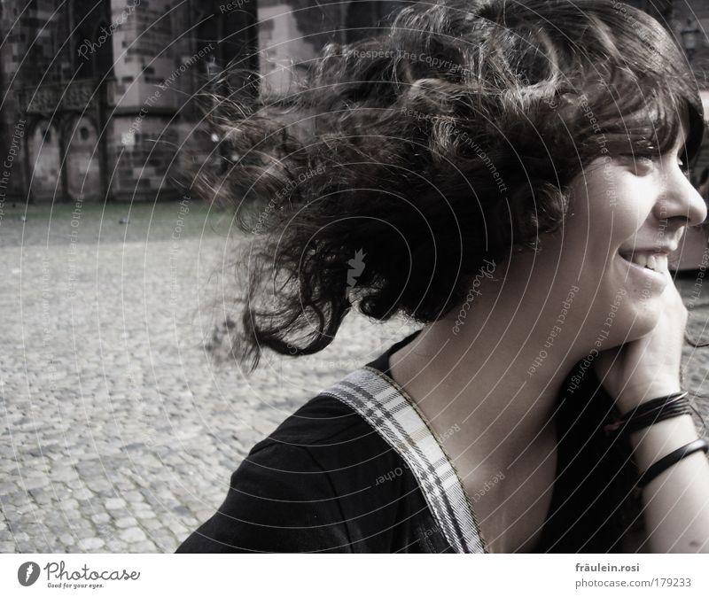 ein lächeln von ihr... Außenaufnahme Tag Schatten Sonnenlicht Bewegungsunschärfe Zentralperspektive Wegsehen Freude Haare & Frisuren Haut Mensch feminin