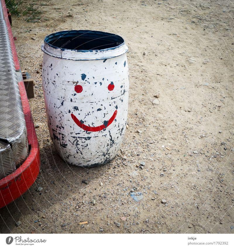 bitte recht freundlich alt rot dreckig Ordnung Zeichen Freundlichkeit Dienstleistungsgewerbe Jahrmarkt Müllbehälter Smiley Eimer Fass verkratzt