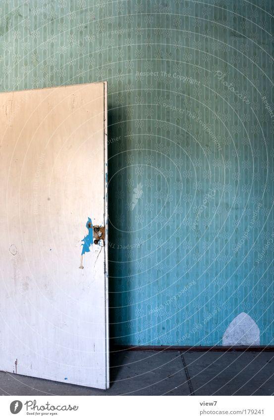 Eingangstür alt blau Einsamkeit dunkel Stein Linie Raum Wohnung Design Zeit Ordnung authentisch Wandel & Veränderung Dekoration & Verzierung Häusliches Leben