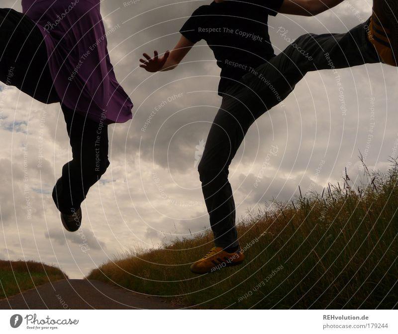 Aus 451 Metern Höhe sieht alles ganz friedlich aus. Mensch Himmel Jugendliche Freude Wolken Erwachsene Leben Bewegung Gras springen Gesundheit Kraft Feld
