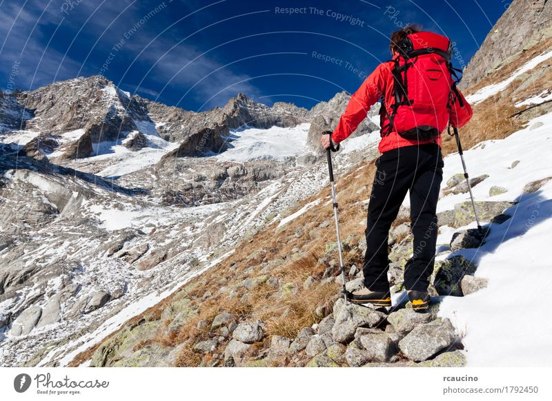Wanderer, ein hohes Bergpanorama beobachtend. Mount Blanc, Italien Himmel Natur Mann blau weiß Landschaft rot Einsamkeit Wolken Berge u. Gebirge schwarz