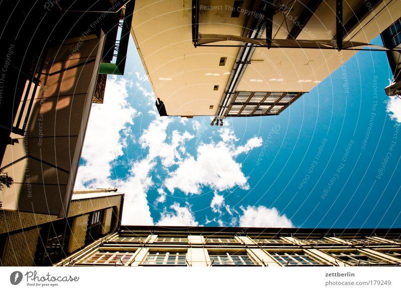 Ohne Titel Himmel Haus Wolken Hinterhof vertikal Neubau