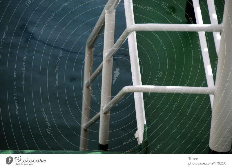 ohne Titel Wasser weiß grün dunkel bedrohlich festhalten Stahl Schifffahrt Geländer abwärts Eisen untergehen Gitter Fähre schaukeln maritim