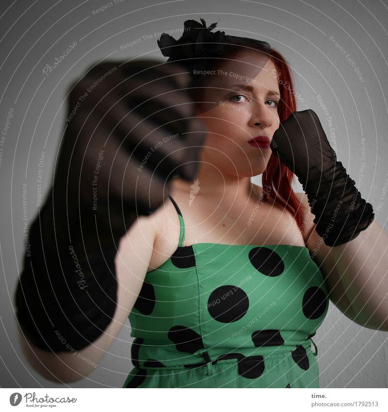 expecting | Klangfarben | just wait a second or two Mensch schön Leben Bewegung feminin Kraft Kreativität warten gefährlich beobachten bedrohlich Kleid sportlich Wut Konzentration Wachsamkeit